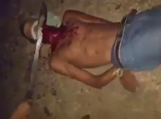 【グロ動画】血しぶきの量がエグ過ぎる 拘束した少年の首をマチェットで叩き切っていく殺人映像