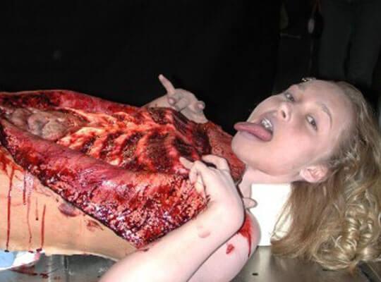 【グロ動画】巨乳の女の子全裸死体解剖映像 内臓を取り出し中身を空っぽに・・・