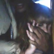 【本物レイプ】嫌がってる白人美少女を黒人が無理やり犯しまくっている無修正映像・・・