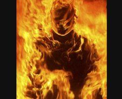 【衝撃映像】何かが燃えてる・・・通行人の近くで実際に行われてしまった焼身自殺の一部始終