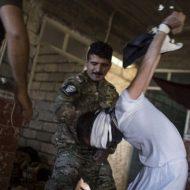 【衝撃映像】戦場で捕まってしまった兵士は拘束されて遊び道具にされる・・・