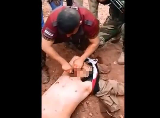 【グロ動画】やり返されててクッソざまぁw シリア兵士によるイスラム国兵士を斬首していく解体映像・・・