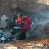 【銃殺】マシンガンで処刑していく映像 単発では倒れない男性をハチの巣に・・・