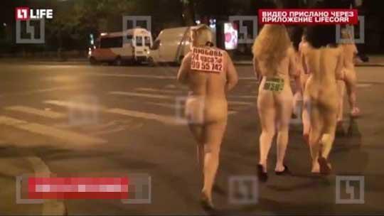 ギャングによって全裸行進させられた売春婦達の画像