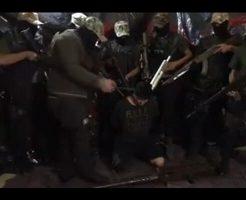 【カルテル】拘束された男性の周りに8人の武装した兵士 絶望的な状況で斬首処刑されていくグロ動画
