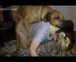 【獣姦 無修正】ブロンド少女が同じ身長ぐらいの犬と生まれて初めてアニマルセックスしてる個人撮影映像とかw