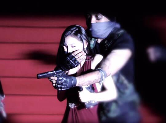 【衝撃】宙づりになりながら犯人を真上から射殺 中国警察による人質解放映像