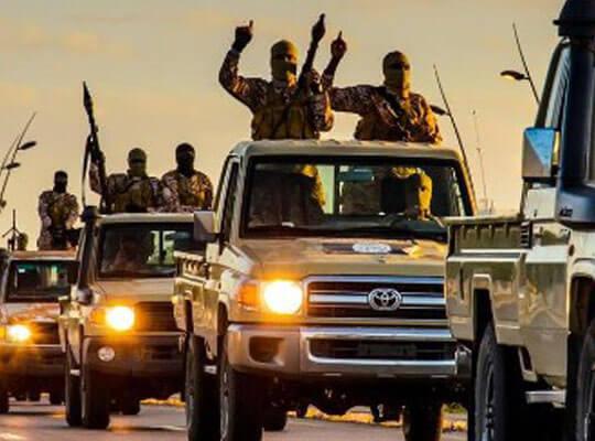 【isis グロ】唐突に始まる人殺し 呼び止めた車にいた人間をハチの巣にするイスラム国兵士の映像・・・