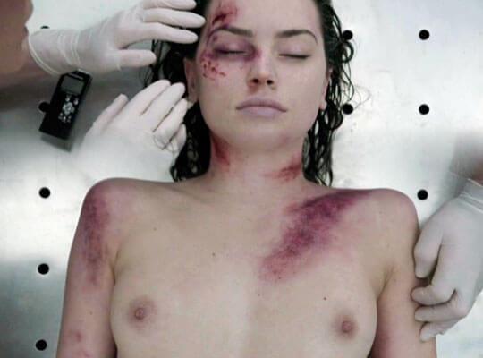 【エログロ動画】おマンコくぱぁ~おっぱい丸出し状態の女の子の死体で欲情する奴はちょっと来いw