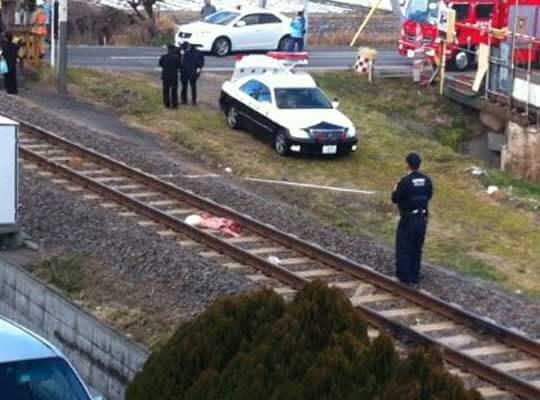 【轢断】電車に飛び込んで自殺した男性 半分になってもまだ生きてる・・・
