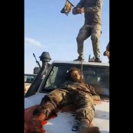 【グロ動画】isisの兵士くっそざまぁw イラク軍さんとんでもない死体蹴りを思いつくw