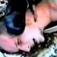 【グロ動画】断末魔が響いてく 捕えられた捕虜がナイフで首をかき切られていく「チェチェンの首切り」