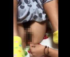 【無修正】朗報w 女の子同士でマンコにペン突っ込む遊びが流行中www