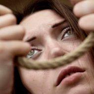 【グロ画像】首吊り自殺した巨乳美女 脱がされおっぱい丸出しで晒される・・・