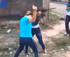 【衝撃】jk同士の激しい殴り合い 1人の少女がナイフを装備で殺し合いに発展