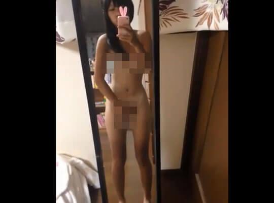 【jk エロ】細身の少女が鏡の前でエロ自撮りw 貧乳晒してロリマンコに指を突っ込んでるいやらしいオナニー映像www