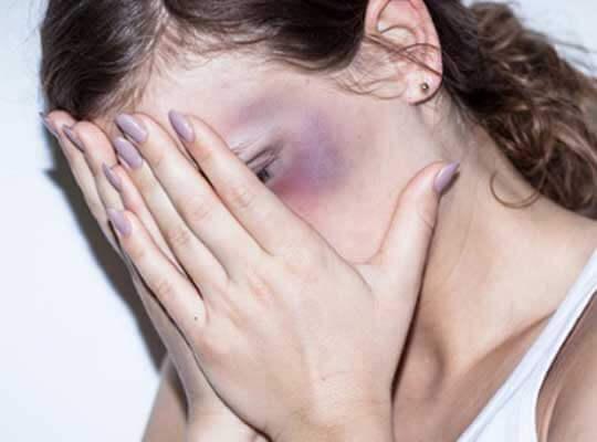 【拷問】男達からボコボコにリンチされる女性 首絞め目潰しされた挙句 土に埋められる・・・
