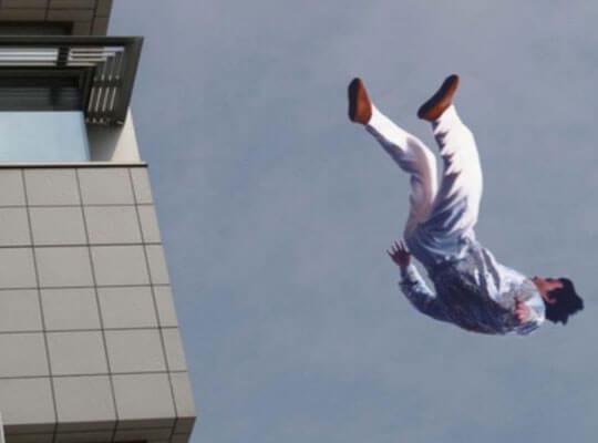 【グロ動画】飛び降り自殺で人が死ぬ瞬間 頭から着地し辺りを血で染める・・・