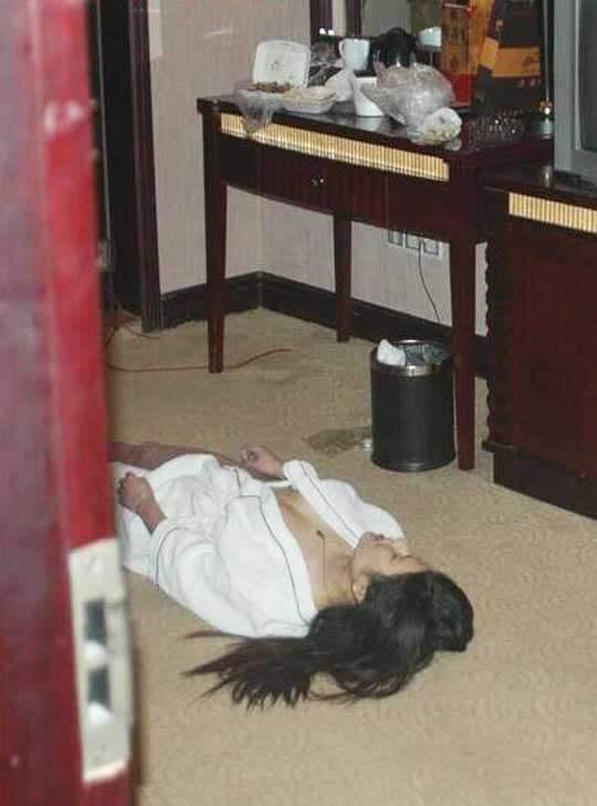 女性首吊り自殺死体