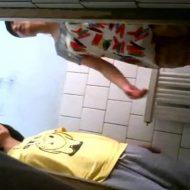 【jc 盗撮】学校のトイレに仕掛けられた隠しカメラ 中○生のマンコががっつり撮影されてしまう・・・ ※無修正