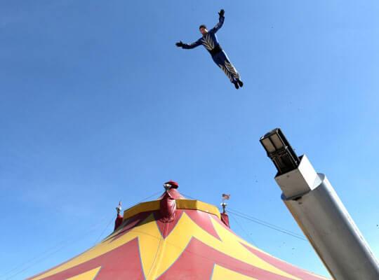 【衝撃】人間大砲によって発射されたサーカス団員 そのまま観客に突っ込んで悲鳴が響き渡る・・・