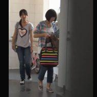 【jc 盗撮】完全アウトw学習塾の女子トイレで撮影された映像 パイパンマンコから流れ出る聖水が生々し過ぎるwww