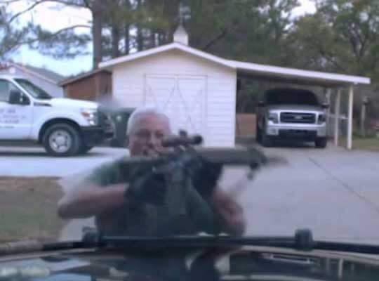 【衝撃】マジキチ老害さん 警察官相手にフル装備で暴走し2人殺害する・・・