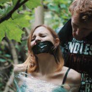 【グロ動画】裸で木に括りつけられ放置 拷問されてレイプされた挙句殺害された少女が見つかる・・・
