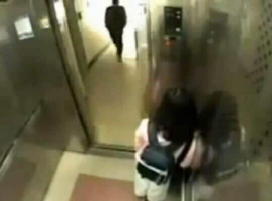 【衝撃】jc少女1人が乗るエレベーターを狙って飛び乗った強姦魔がレイプしようとした結果w
