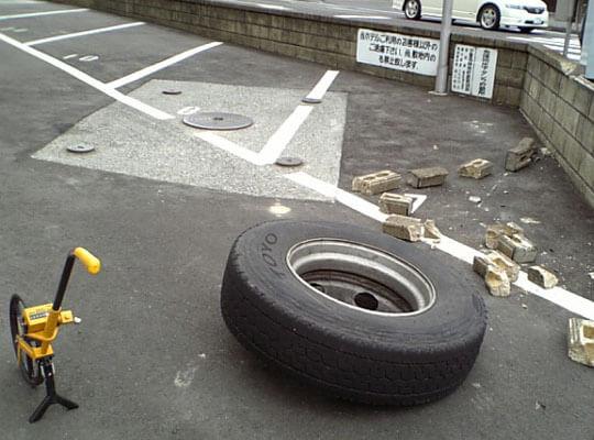【衝撃】避けるの無理ゲー 転がってきたタイヤに轢かれた男性全身を強く打って死亡・・・