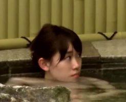 【jk 盗撮】温泉入っていたアイドル級に可愛い女子校生 全裸でリラックスしてるところを撮影されるw