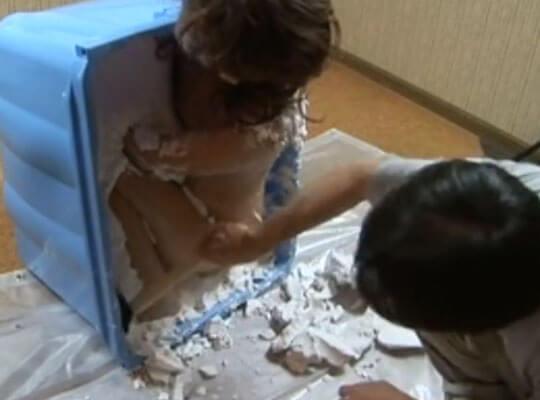 【WTF】石膏で全裸のギャルを固めるジャパニーズアダルトビデオとかwww