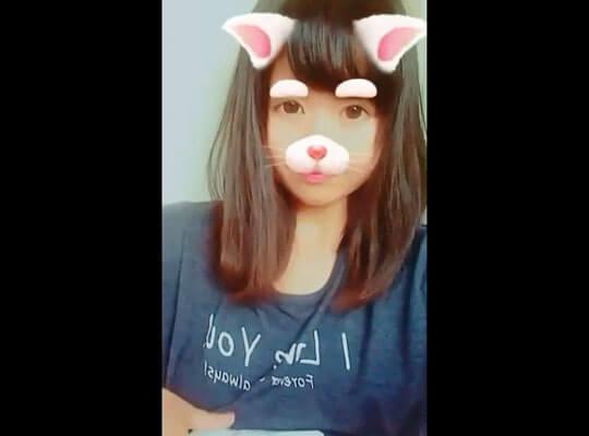 【jk エロ】アイドル級に可愛い女の子がシャツを捲り上げてティクビをコンニチワさせとるんだがwww
