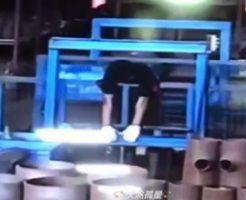 ゴゴゴゴゴ…パキッ リフトに頭を挟まれて作業員が死亡する瞬間