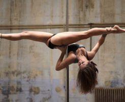 「みんな私を見てよぉ!」ロシアのポールダンス美女がとんでもない場所で踊るが観客はゼロ…