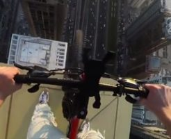 見てるだけで手汗が止まらないww超高層ビルでサイクリングする命知らず男のタマヒュンムービー!