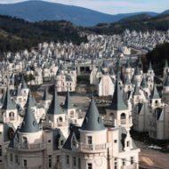 587の城が立ち並ぶ、世界一荘厳なゴーストタウン『ブルジュアルババス(トルコ)』がマジでシムシティにしか見えないww