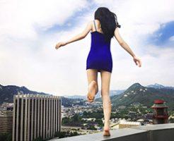 上から女が落ちてきて「飛び降り自殺か?」と騒然となる人々→その原因がクソしょうもねえwww