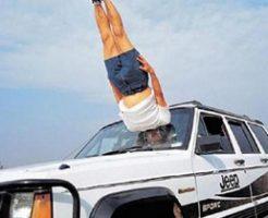 """運転してたら""""何か""""がフロントガラスを突き破って運転手に直撃する衝撃のドライブレコーダー動画!"""