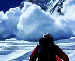 雪崩に追いかけられた人の視点がこわすぎる衝撃動画…途中何人もの人が飲み込まれて死亡