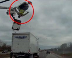 頭上に注意してご覧ください…車載カメラが偶然とらえた中を舞うおっさんw
