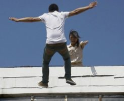 女「死なないで!」男「さらばだ!」…彼女の制止を振り切って飛び降り自殺決行か?