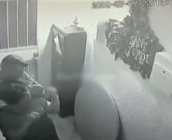 強盗「お邪魔しま~す…オラァ!(首絞め)」…帰宅直後の女性が襲われる防犯カメラ映像公開!