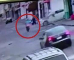 白い車に轢かれ一瞬で姿を消すバイク…運転手の悲惨な姿がこちら…