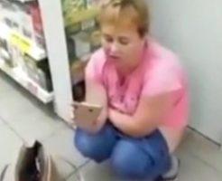 トイレ行けよwマーケットの中で脱糞してる女性が撮影されるwww