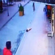 悲しい事故…幼い子供がバルコニーから転落する瞬間