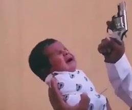 泣き叫ぶ赤ん坊の耳元で拳銃をぶっ放す父親がクレイジーすぎるwww