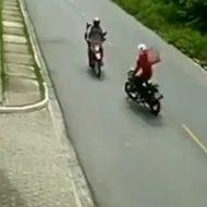最悪なバイク事故!ウィーリーしながらこっち突っ込んでくんなw