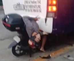 その腰どうなってんの…?バスに突っ込んだバイクの運転手がもがいてる…