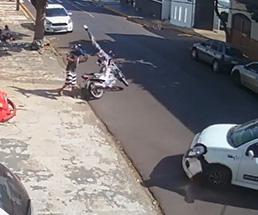 これはひどい…急に左折してきた車にバイクが接触して二次災害が…
